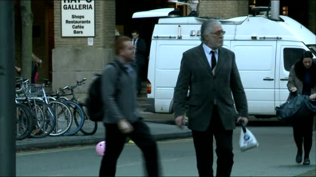 london southwark crown court photography*** dave lee travis walking along road to court / travis up steps and towards court - サウスワーク刑事法院点の映像素材/bロール