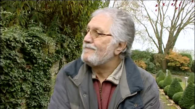 dave lee travis questioned by police on sexual assault allegations england bedfordshire leighton buzzard photography*** dave lee travis speaking to... - レイトンバザード点の映像素材/bロール