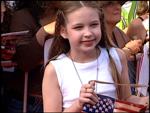 vídeos de stock, filmes e b-roll de daveigh chase at the american idol finale at the kodak theatre in hollywood california on september 4 2002 - 2002
