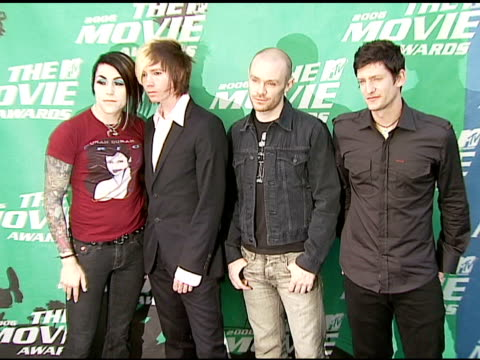 vídeos de stock e filmes b-roll de davey havok adam carson hunter burgan and jade puget of afi at the 2006 mtv movie awards red carpet at sony pictures studios in culver city... - jade gema