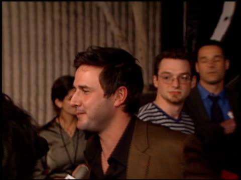 david arquette at the 'scream 3' premiere at avco cinema in westwood, california on february 3, 2000. - 洛杉磯西木區 個影片檔及 b 捲影像