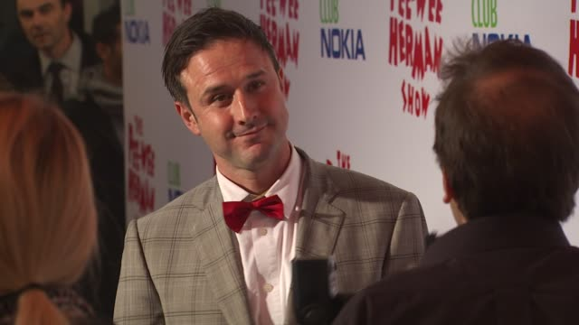 vídeos de stock, filmes e b-roll de david arquette at the 'the peewee herman show' opening night at los angeles ca - espetáculos de variedade