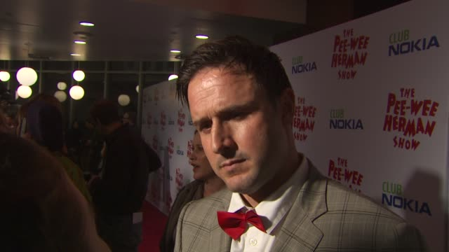 vídeos de stock, filmes e b-roll de david arquette on the event and dressing like peewee herman at the 'the peewee herman show' opening night at los angeles ca - espetáculos de variedade