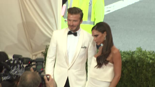 vídeos y material grabado en eventos de stock de david beckham and victoria beckham at charles james beyond fashion costume institute gala arrivals at the metropolitan museum on may 05 2014 in new... - 2014