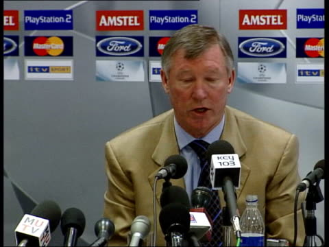 vidéos et rushes de david beckham autobiography int manchester united manager sir alex ferguson into press conference press in press conference sir alex ferguson press... - biographie