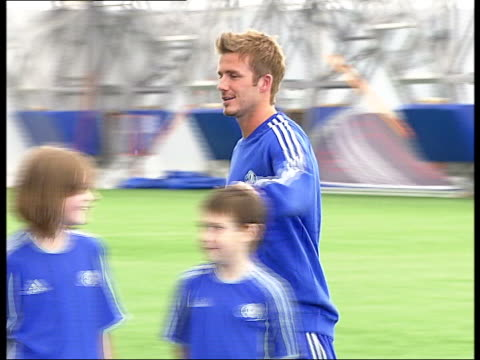 vidéos et rushes de david beckham may leave real madrid when his contract runs out in june 2007 tx 1892006 greenwich ext beckham along on pitch to pose with children at... - soirée de lancement