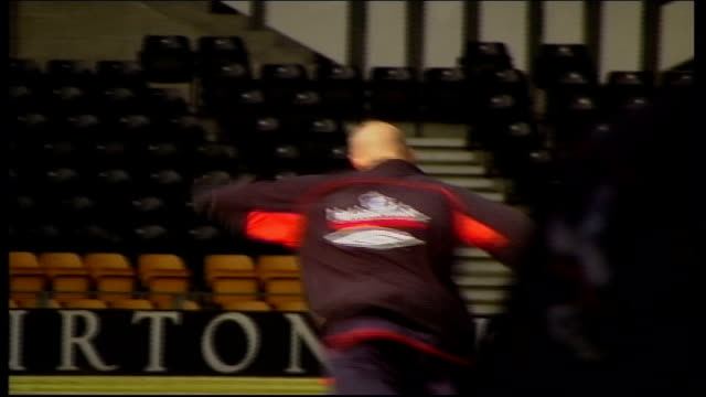 stockvideo's en b-roll-footage met trains with england itn england derby pride park ext robbie fowler along with another player on pitch / four players on pitch with suitcases zoom in... - hanenkam haardracht