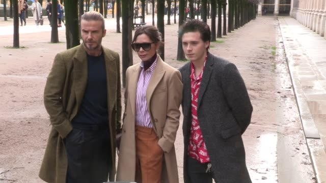 vídeos de stock, filmes e b-roll de david beckham, victoria beckham and their son brooklyn beckham at the louis vuitton menswear fall winter 2018 fashion show in paris thursday, january... - 2018