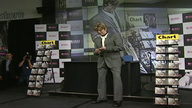stockvideo's en b-roll-footage met david bowie at record signing at hmv in london 2002 - david bowie