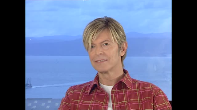 David Bowie interviewed in 2004 by host Susan Wood in Wellington and bein almost speechless about claim that he is still cool at the age of 57