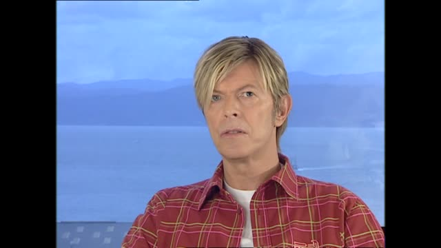 stockvideo's en b-roll-footage met david bowie interviewed in 2004 by host susan wood in wellington regarding happiness of 14 year marriage with fashion model iman and joking about... - david bowie