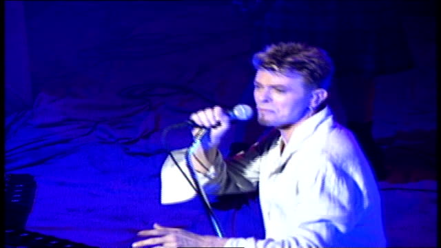 stockvideo's en b-roll-footage met wgn david bowie performs at the vic in chicago on september 19 1997 - david bowie