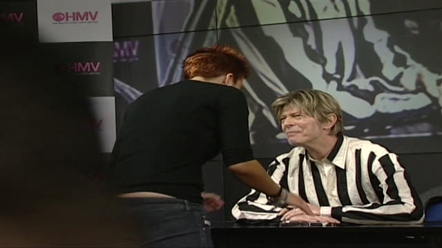 vídeos de stock e filmes b-roll de david bowie signing records at hmv 2002 - 2002