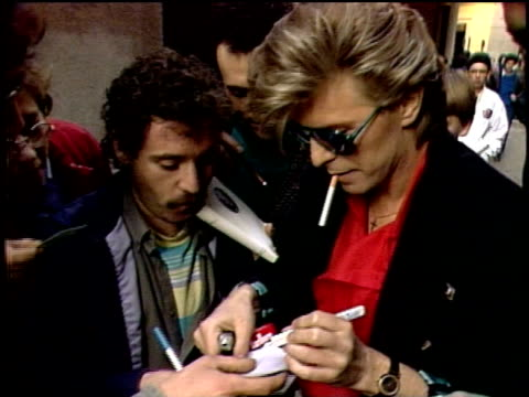 stockvideo's en b-roll-footage met david bowie walking and signing autographs for fans - david bowie
