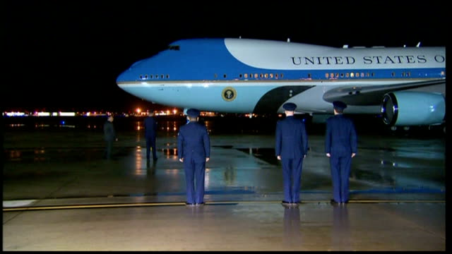 david cameron and barack obama fly on air force one; usa: washington dc: ext at night presidential plane air force one taxxing to a halt / president... - エアフォースワン点の映像素材/bロール