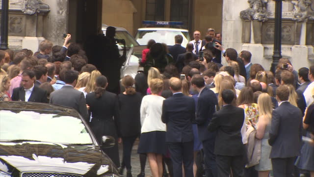 david cameron and his family waving goodbye to mp's and crowds as he leaves the house of commons for the final time as prime minister - domande al primo ministro video stock e b–roll