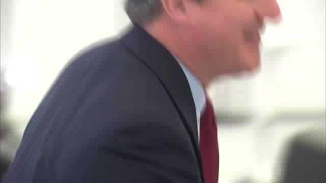 vídeos de stock e filmes b-roll de david cameron at farnborough international air show england hampshire farnborough int david cameron mp chatting to rolls royce staff at farnborough... - farnborough hampshire
