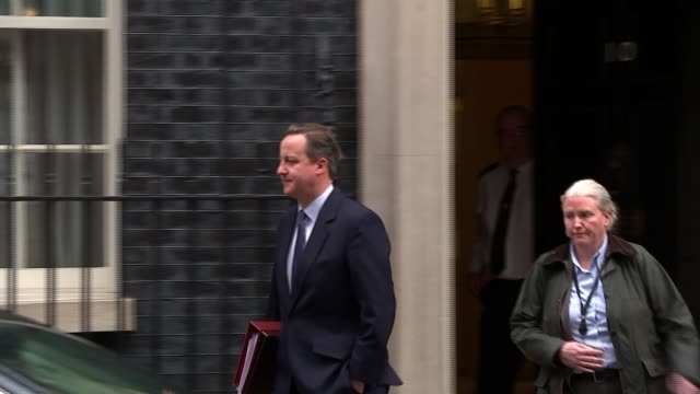 david cameron departs number 10 for pmqs; england: london: downing street: ext david cameron mp departing no 10 and getting in car / car away - domande al primo ministro video stock e b–roll