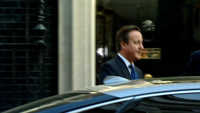 david cameron departs number 10 for pmqs; england: london: downing street: ext david cameron mp departing number 10, ignoring shouted questions and... - domande al primo ministro video stock e b–roll