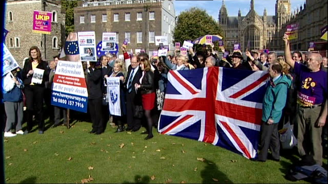 stockvideo's en b-roll-footage met david cameron faces rebellion on eu referendum; westminster: ext anti-european union protester burning european union flag and singing song 'rule,... - brexit