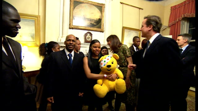 vidéos et rushes de david cameron hosts charity reception for children in need; pudsey bear pull out cameron / david and samantha cameron meeting people holding pudsey... - bbc children in need