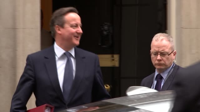 david cameron leaves for pmqs; england: london: downing street: ext david cameron mp departing number 10 with aides and along to car / car away - domande al primo ministro video stock e b–roll