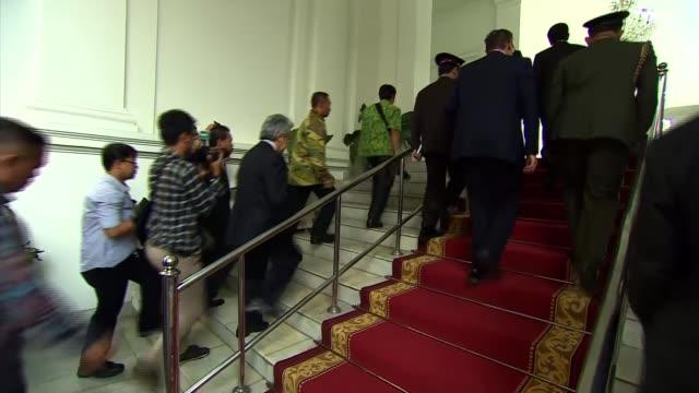 vídeos de stock e filmes b-roll de david cameron meetings in jakarta indonesia jakarta throughout*** gvs delegates waiting for cameron / cameron walking through garden / meeting... - lutjanídeo