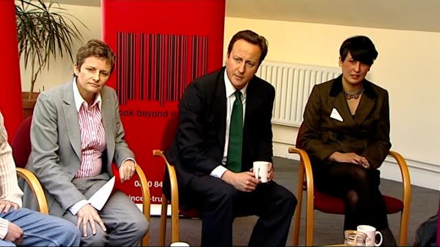vidéos et rushes de david cameron meets young entrepreneurs at prince's trust; england: london: ext / snow on ground * * beware flash photography * * david cameron mp... - élection