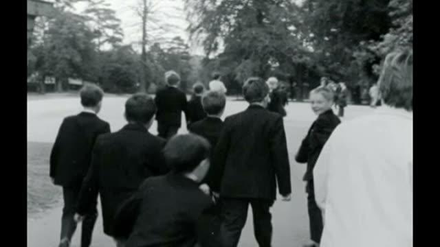 vídeos y material grabado en eventos de stock de david cameron plans to double number of free schools in england; 20.9.1967 / fs200967013 london: enfield: b/w schoolboys arriving at enfield grammar... - number 9