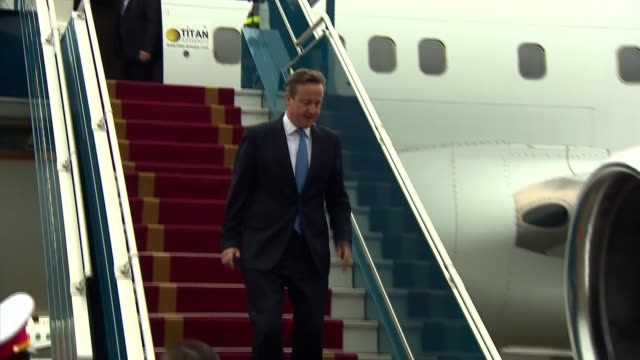 david cameron pm visit; vietnam: hanoi: ext gvs david cameron mp disembarking from plane and walking down steps / cameron being greeted and handed... - prime minister点の映像素材/bロール