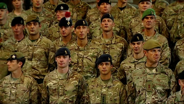 vidéos et rushes de david cameron speaks to troops more of soldiers / gvs cameron standing at centre of group for photograph / family photo david cameron and soldiers /... - répandre