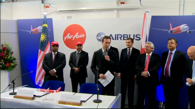 david cameron tours airbus factory and airasia sign contract airasia model plane / fabrice bregier tony fernandes and cameron along at press... - トニー・フェルナンデス点の映像素材/bロール