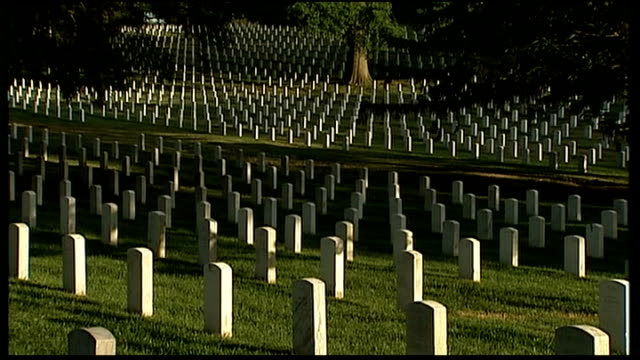 vídeos de stock e filmes b-roll de day 2 afghanistan and bp dominate the agenda virginia arlington national cemetery cameron standing to attention general view of rows of gravestones... - cemitério nacional de arlington