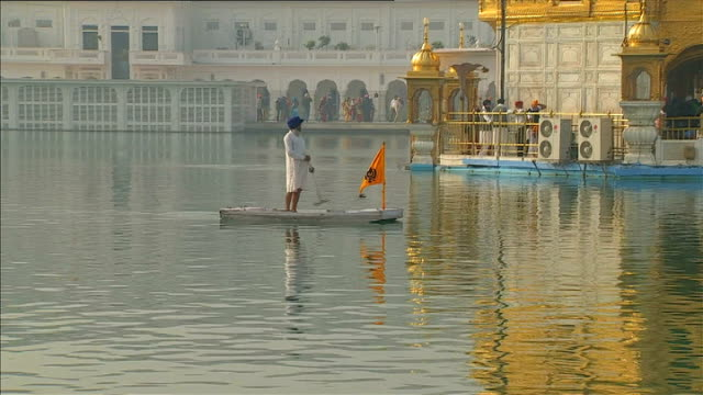 vídeos de stock, filmes e b-roll de david cameron visits amritsar; india: amritsar: ext david cameron mp down steps at the golden temple with other sikhs gv golden temple seen across... - prime minister