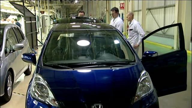 david cameron visits honda factory near swindon cameron looking at completed honda car / cameron across and talking to workers / honda production... - ホンダ点の映像素材/bロール