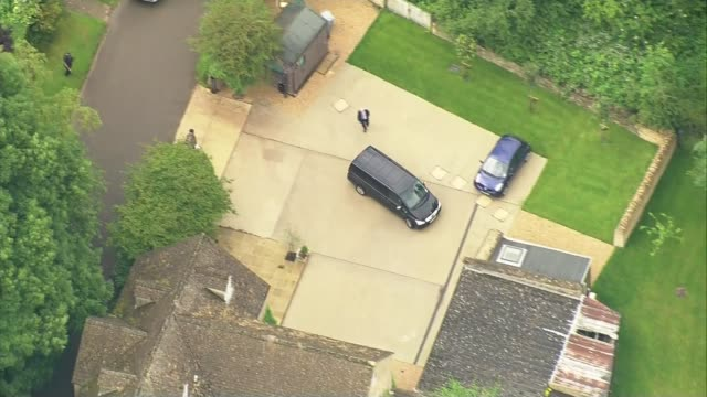 vídeos y material grabado en eventos de stock de david cameron's final day in office lib witney car returning to family home - oxfordshire