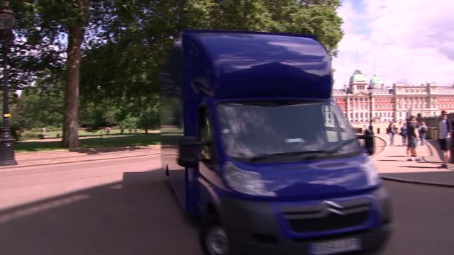 david cameron's final day in office removals van arrival england london downing street ext removal van entering rear gates of downing street / police... - andrea leadsom stock-videos und b-roll-filmmaterial