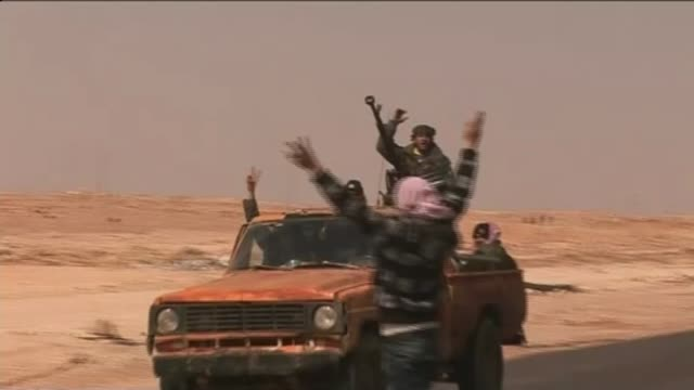 david cameron's libya war spurred growth of islamic state says mps' report t10031113 / truck along with man at weaponed on back cheering and raising... - ラゲ オマール点の映像素材/bロール
