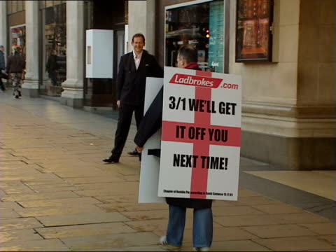 vidéos et rushes de david campese eats humble pie over england victory itn london david campese posing wearing sandwich board reading 'i admit the best team won' campese... - turning on or off