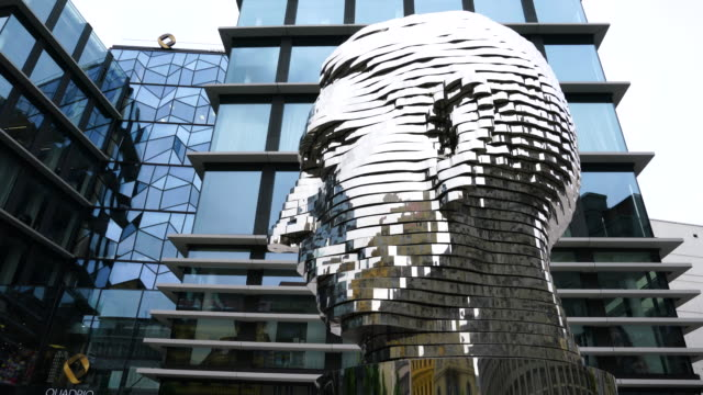 vidéos et rushes de k, david cerny sculpture in prague city - sculpture production artistique