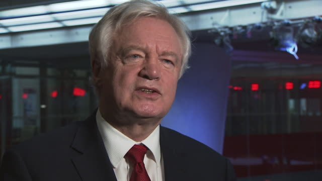vídeos de stock e filmes b-roll de david davis saying the government will listen to other parties regarding brexit negotiations and if they have better ideas they will consider them - outro tema