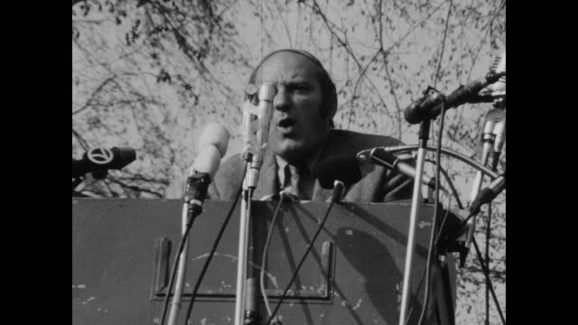david dellinger speaks to crowd about the vietnam war to crowd in new haven green the black panthers called on supporters to come to new haven to... - erster mai tag der arbeit stock-videos und b-roll-filmmaterial