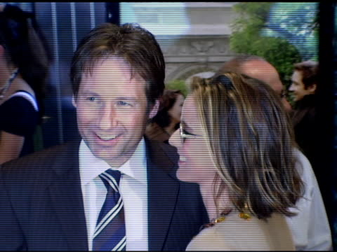 vídeos y material grabado en eventos de stock de david duchovny and tea leoni at the 'trust the man' new york premiere at chelsea west cinemas in new york new york on august 7 2006 - tea leoni