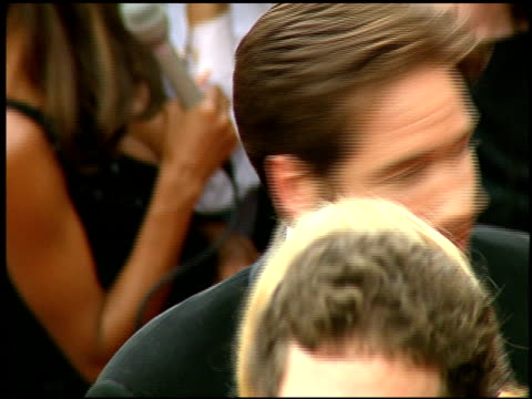 vídeos y material grabado en eventos de stock de david duchovny at the 1997 emmy awards arrivals at the pasadena civic auditorium in pasadena, california on september 14, 1997. - auditorio cívico de pasadena