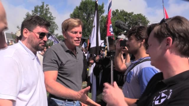 vidéos et rushes de david duke arrives at emancipation park under statue of robert e lee as neo nazis gather, mike enoch with him. - charlottesville