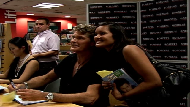 vídeos y material grabado en eventos de stock de david hasselhoff launches autobiography and uk music single; borders bookshop: int montage of shots of hasselhof signing books and posing for... - borders books