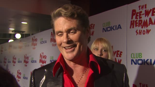 vídeos de stock, filmes e b-roll de david hasselhoff on being friends and supporting peewee herman at the 'the peewee herman show' opening night at los angeles ca - espetáculos de variedade