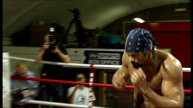 david haye announces retirement plans ahead of world title fight; england: london: vauxhall: int boxer, david haye, drinking from bottle during break... - box container video stock e b–roll