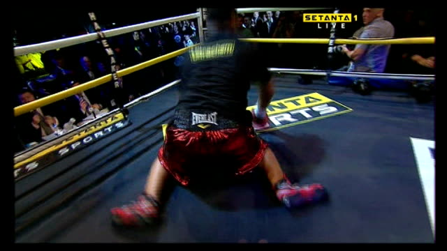 david haye world heavyweight challenge; logo on screen o2 arena: monte barrett falling over ropes as enters the ring - 格闘技リング点の映像素材/bロール