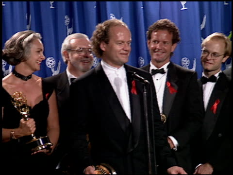 vídeos y material grabado en eventos de stock de david hyde pierce at the 1994 emmy awards press room at the pasadena civic auditorium in pasadena, california on september 11, 1994. - auditorio cívico de pasadena
